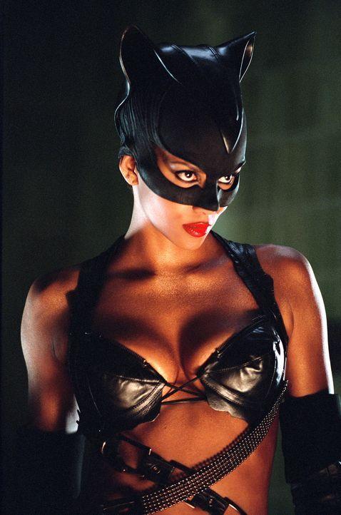 Catwoman (Halle Berry) nutzt ihre übernatürlichen Kräfte, um ihrem Erzfeind auf die Spur zu kommen und ihn zur Rechenschaft zu ziehen. Wird es ihr g... - Bildquelle: Warner Bros. Television