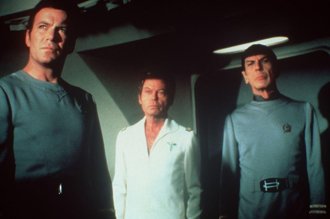 Um die Menschheit auf der Erde vor der ewigen Verderbnis retten zu können, müssen Admiral Kirk (William Shatner, l.), Dr. McCoy (DeForest Kelley,... - Bildquelle: Paramount Pictures