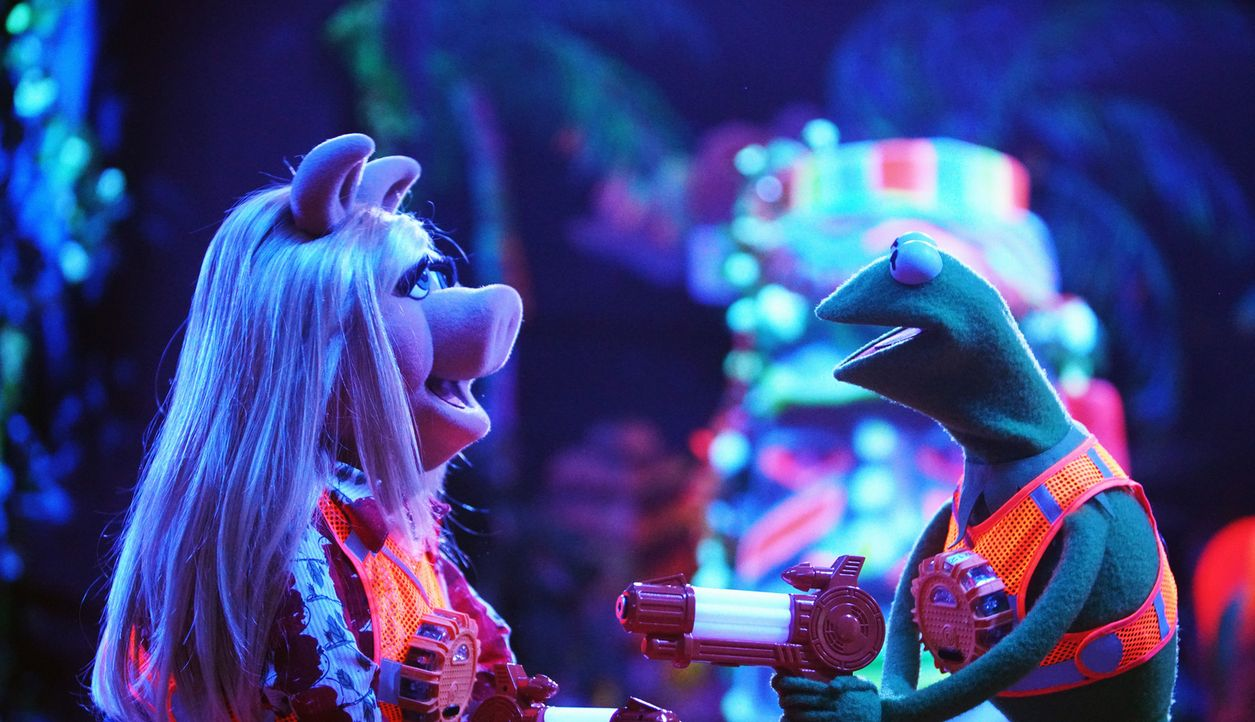 Die Funken zwischen Kermit (r.) und Miss Piggy (l.) fliegen, als sie vorgeben wieder ein Paar zu sein, um Kermits Neffen nicht zu verletzen ... - Bildquelle: Andrea McCallin ABC Studios