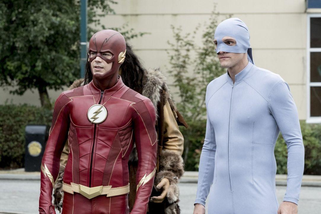 Müssen sich mit einem Metawesen auseinandersetzen, dass Gegenstände zum Leben erwecken kann: Barry alias The Flash (Grant Gustin, l.) und Ralph (Har... - Bildquelle: 2017 Warner Bros.