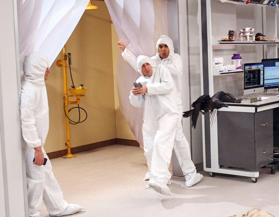 Müssen sich in einem sterilem Labor mit einem Vogel auseinandersetzen: Raj (Kunal Nayyar, r.), Howard (Simon Helberg, M.) und Leonard (Johnny Galeck... - Bildquelle: Warner Bros. Television