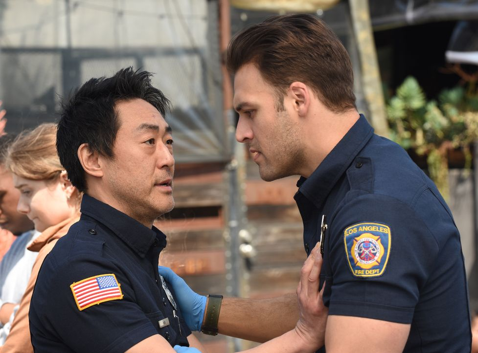 "Howie ""Chimney"" Han (Kenneth Choi, l.); Eddie Diaz (Ryan Guzman, r.) - Bildquelle: Jack Zeman 2018-2019 Twentieth Century Fox Film Corporation.  All rights reserved. / Jack Zeman"