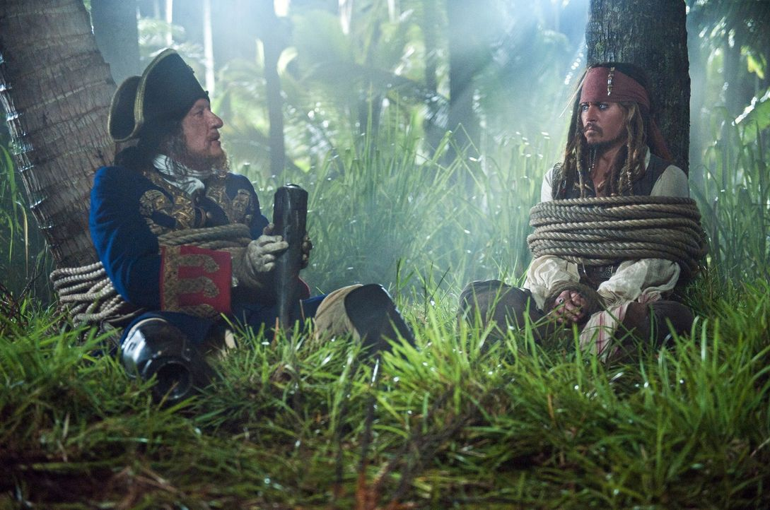 Haben einen gemeinsamen Feind, den sie am liebsten im Jenseits sehen würden: Jack Sparrow (Johnny Depp, r.) und sein Erzrivale Hector Barbossa (Geof... - Bildquelle: Peter Mountain WALT DISNEY PICTURES/JERRY BRUCKHEIMER FILMS.  All rights reserved