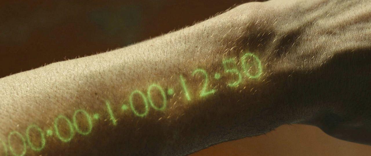 Auf der Erde ist die die offizielle Währung Geld durch Zeit ersetzt worden. Jeder Mensch hat eine Uhr im Arm, wenn diese abläuft, stirbt der Mensch.... - Bildquelle: Stephen Vaughan 2011 Twentieth Century Fox Film Corporation. All rights reserved. /   2011 Regency