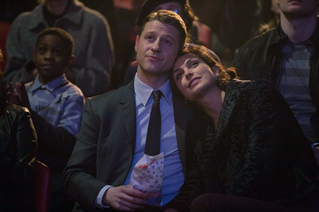 Ein romantischer Zirkusbesuch endet für Jim Gordon (Ben McKenzie, l.) und Leslie Thompkins (Morena Baccarin, r.) komplett anders als geplant ... - Bildquelle: Warner Bros. Entertainment, Inc.