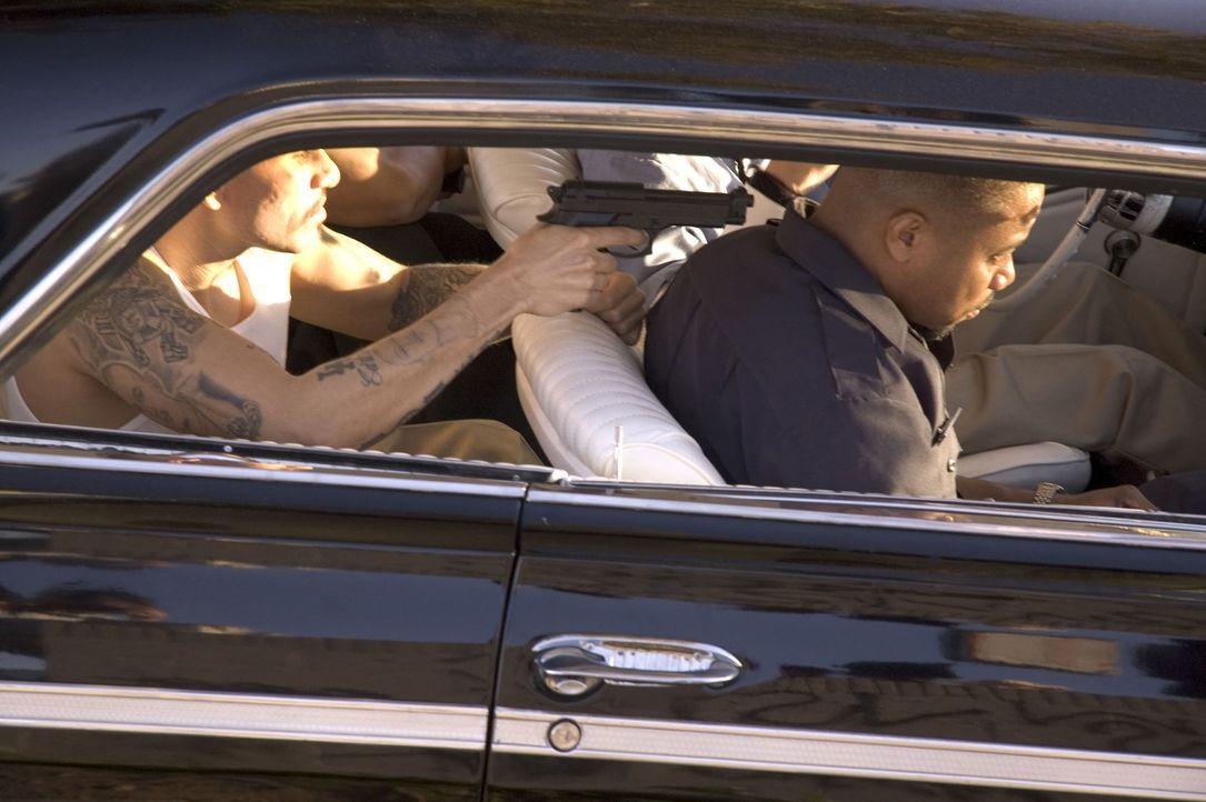 Schon bald haben die beiden korrupten Cops Salim Adel (Cuba Gooding Jr., r.) und Armando Sancho einen Haufen Gangster (Cesar Garcia, l.) an der Back... - Bildquelle: Sony Pictures Television International. All Rights Reserved.