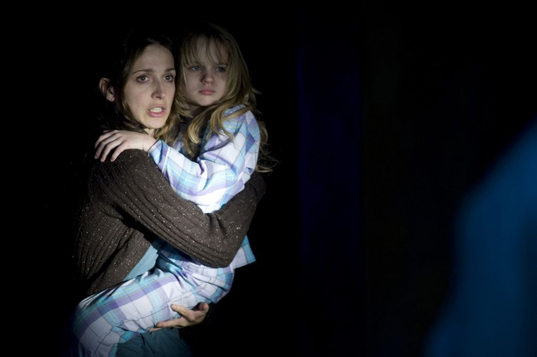 Als Angela (Jennifer Carpenter, l.) die kleine Briana (Joey King, r.) aus dem infizierten Haus bringen will, ist das gesamte Haus abgeriegelt. Niema... - Bildquelle: 2008 Screen Gems, Inc.  All rights reserved