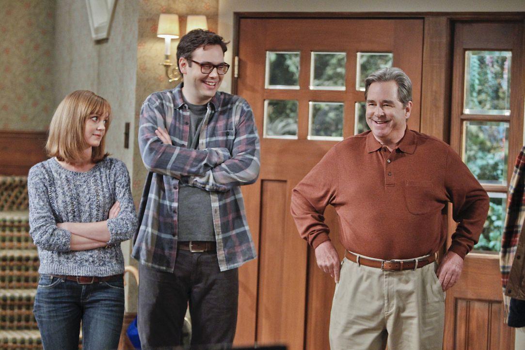 Für Debbie (Jayma Mays, l.), Adam (Nelson Franklin, M.) und Tom (Beau Bridges, r.) ist es eine regelrechte Herausforderung eine Überraschungsparty f... - Bildquelle: 2013 CBS Broadcasting, Inc. All Rights Reserved.