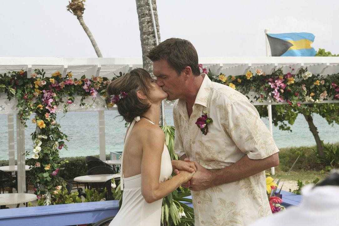 Die ganze Krankenhaus-Bande fliegt auf die Bahamas, um der Hochzeit des Hausmeisters (Neil Flynn, r.) mit Lady (Kit Pongetti, l.) beizuwohnen ... - Bildquelle: Touchstone Television