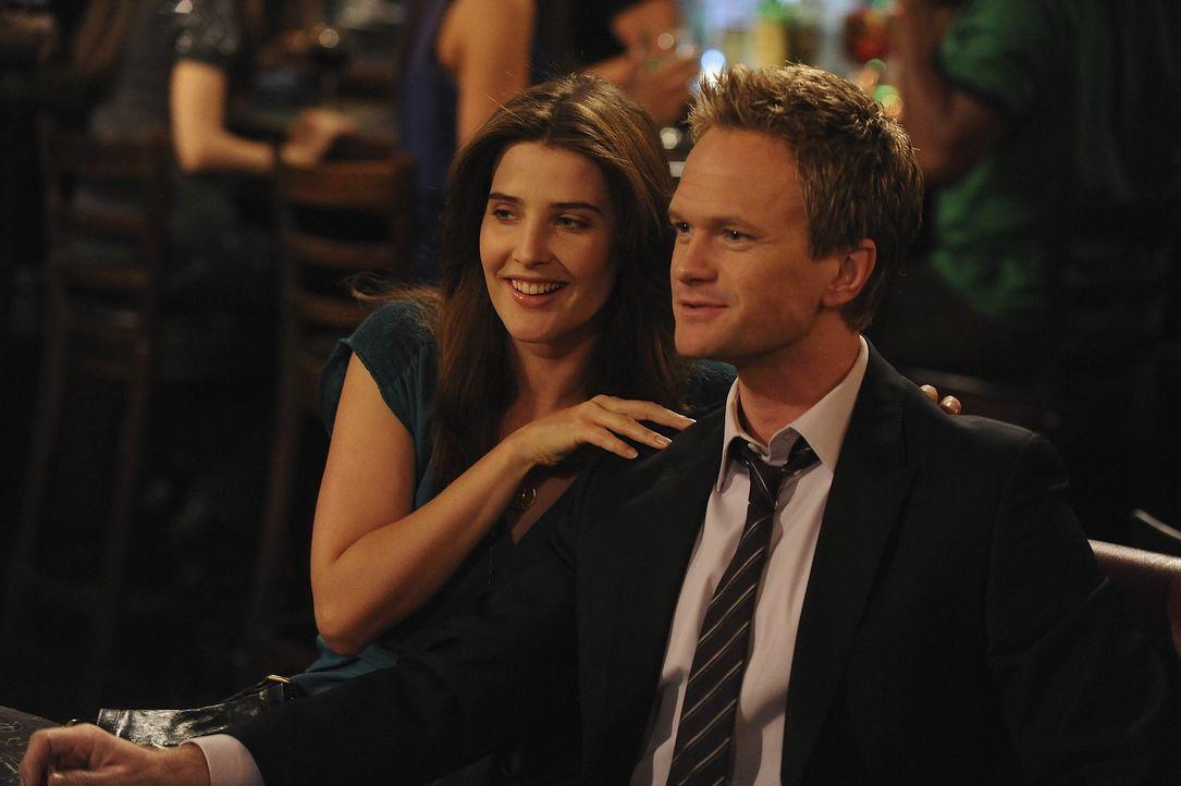 Robin (Cobie Smulders, l.) hat allen Grund zu der Annahme, dass Barney (Neil Patrick Harris) sie betrügt, denn seit Tagen ist ihr Freund so liebe-... - Bildquelle: 20th Century Fox International Television