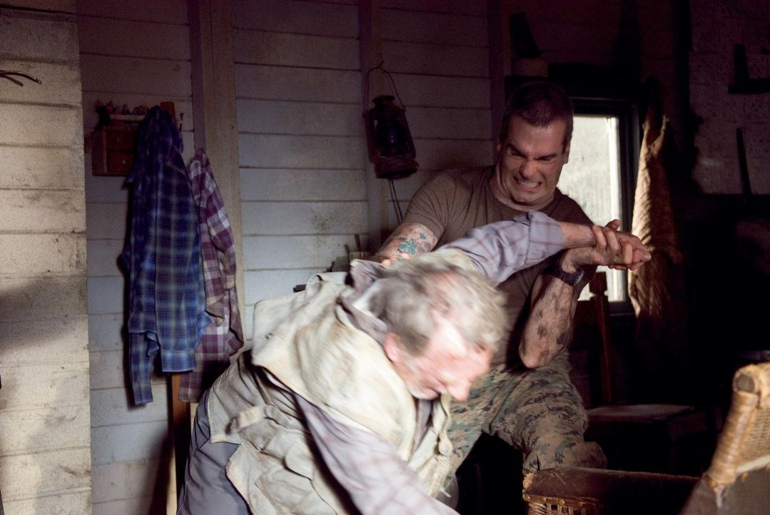 Dale Murphy (Henry Rollins, r.), ein Armee-Veteran, ist der Showmaster einer neuen Reality Show - inmitten endloser Wälder. Doch schon bald wird au...
