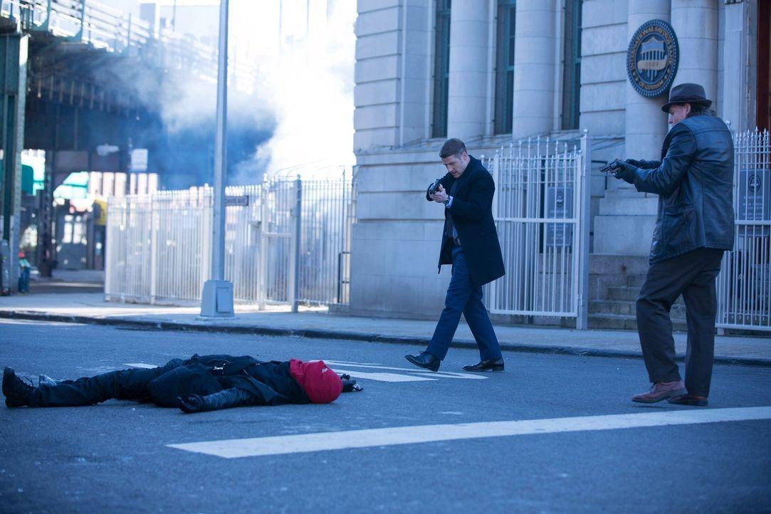 Nach einer Serie von Banküberfällen nehmen sie die Red Hood Gang ins Visier: Gordon (Benjamin McKenzie, l.) und Bullock (Donal Logue, r.) ... - Bildquelle: Warner Bros. Entertainment, Inc.