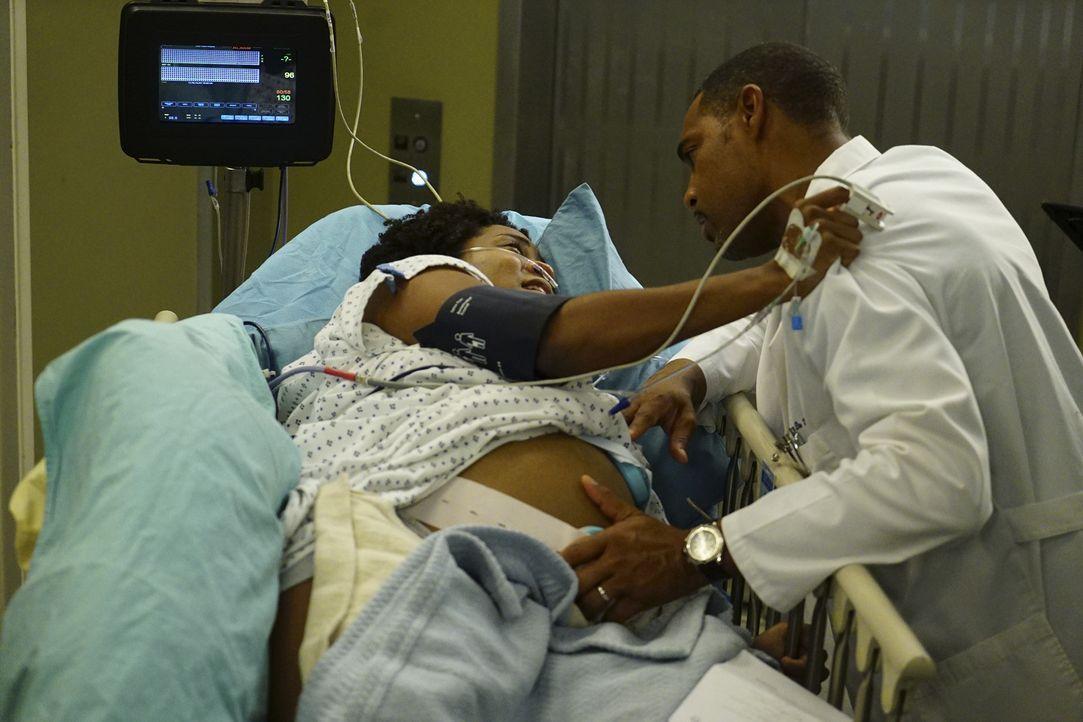 Nachdem Code Pink ausgerufen wird, sind Ben (Jason George, r.) und Andrew mit ihrer Patientin Gretchen McKay (Linara Washington, l.) eingeschlossen.... - Bildquelle: Richard Cartwright ABC Studios