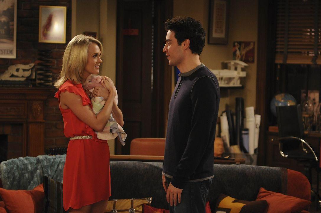 Am Haken: Ted (Josh Radnor, r.) steht total auf Tiffany (Carrie Underwood, l.) und würde alles für sie tun. Tiffany interessiert sich jedoch nicht... - Bildquelle: 20th Century Fox International Television