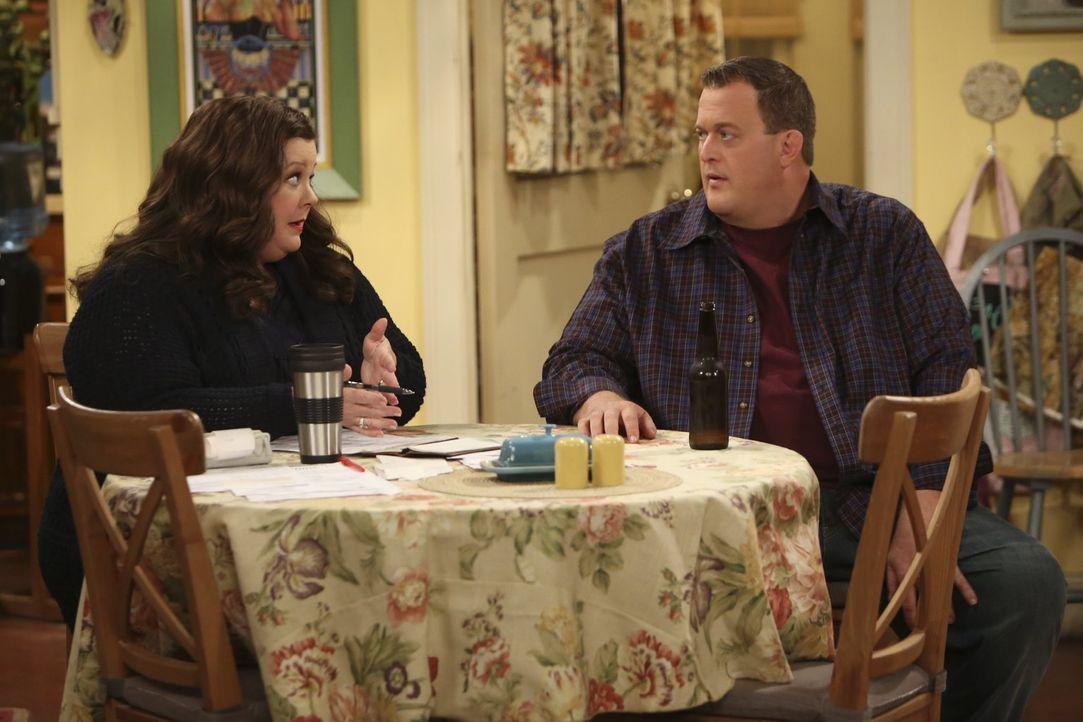 Mike (Billy Gardell, r.) hat Schuldgefühle gegenüber Molly (Melissa McCarthy, l.), nachdem er mit einer jungen Polizistin geflirtet hat ... - Bildquelle: Warner Brothers