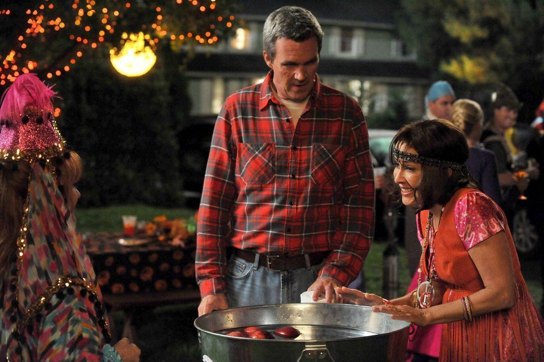 Während Frankie (Patricia Heaton, r.) voll und ganz für Halloween aufgeht, weigert sich Mike (Neil Flynn, l.) ein Kostüm anzuziehen ... - Bildquelle: Warner Brothers