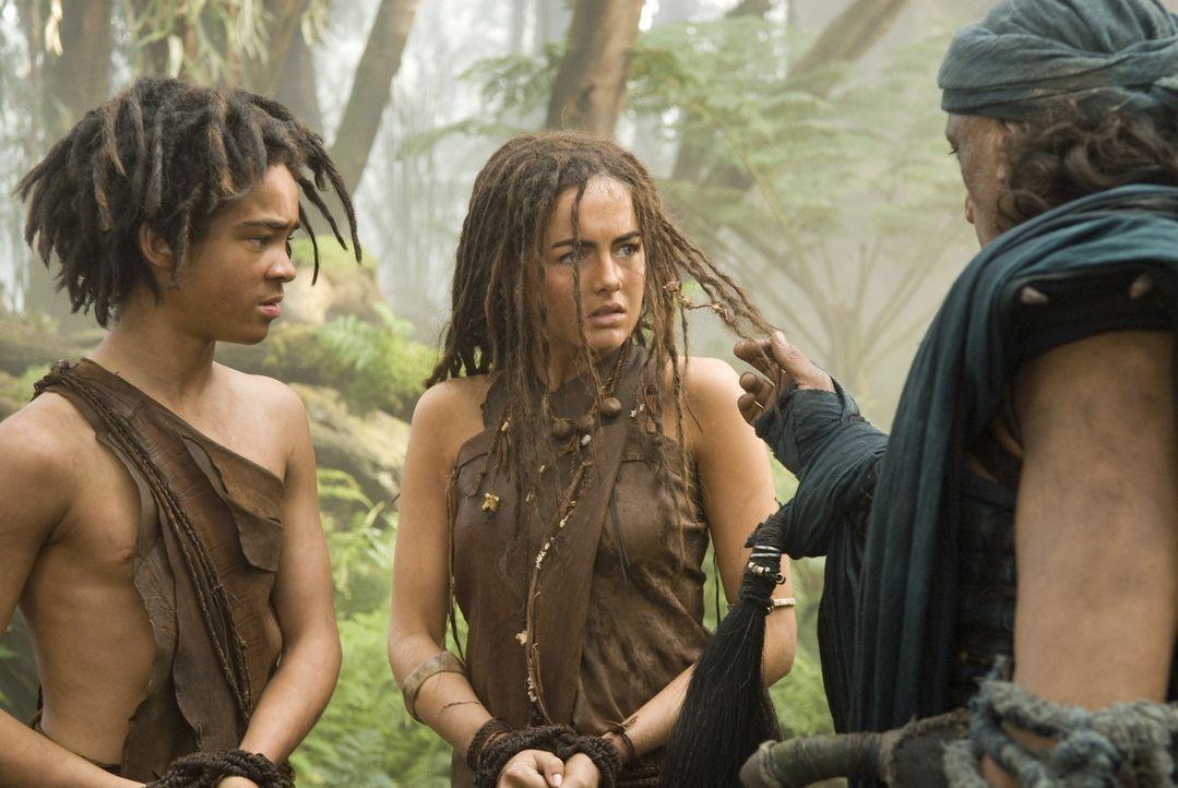 Eines Tages wird Evolet (Camilla Belle, M.) von mysteriösen Kriegern aus dem Dorf verschleppt ... - Bildquelle: Warner Brothers