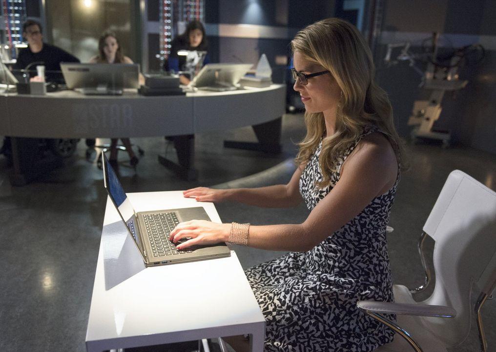 Versuchen alles, Barry alias The Flash im Kampf gegen Captain Cold zu unterstützen: Felicity (Emily Bett Rickards, vorne), Cisco (Carlos Valdes, hin... - Bildquelle: Warner Brothers.