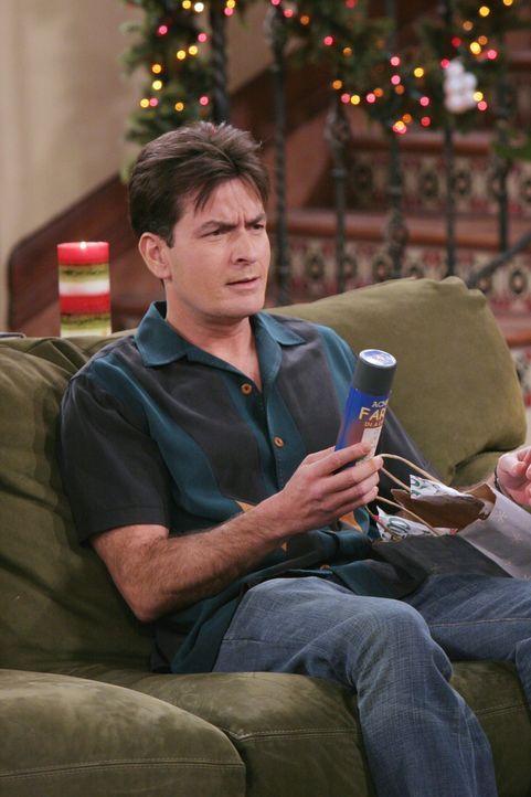 Eigentlich möchte Charlie (Charlie Sheen) den Weihnachtsabend ungestört mit seiner neuen Freundin Gloria im Bett verbringen - doch dann kommt alles... - Bildquelle: Warner Brothers Entertainment Inc.