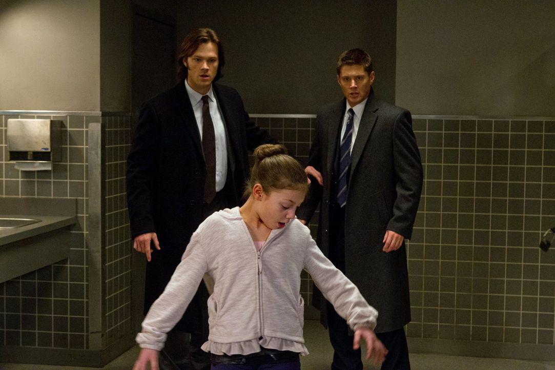 Bei den Untersuchungen in einem neuen Fall finden Dean (Jensen Ackles, r.) und Sam (Jared Padalecki, l.) heraus, dass Ballettschuhe mit einem Fluch... - Bildquelle: Warner Bros. Television