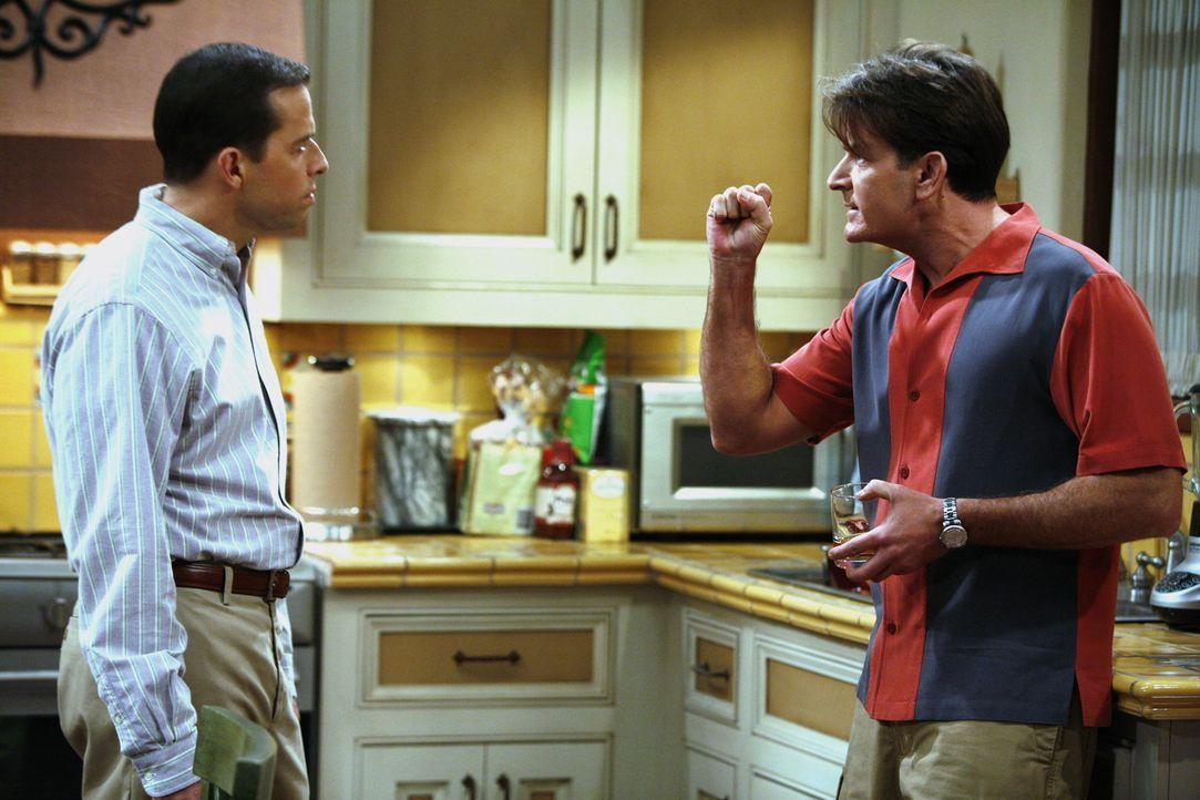 Charlie (Charlie Sheen, r.) leiht sich von Alan (Jon Cryer, l.) 38 Dollar, damit er nicht an den Geldautomaten muss und verspricht ihm, es am nächs... - Bildquelle: Warner Brothers Entertainment Inc.