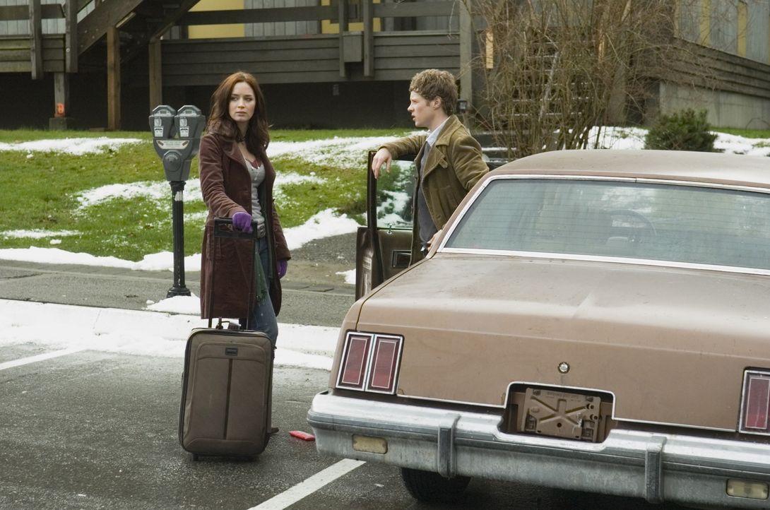Ihr Mitstudent und Fahrer (Ashton Holmes, r.) ist der Studentin (Emily Blunt, l.) zunächst nicht ganz geheuer - er scheint mehr über sie zu wissen,... - Bildquelle: Copyright   2007 TriStar Pictures, Inc. All Rights Reserved.