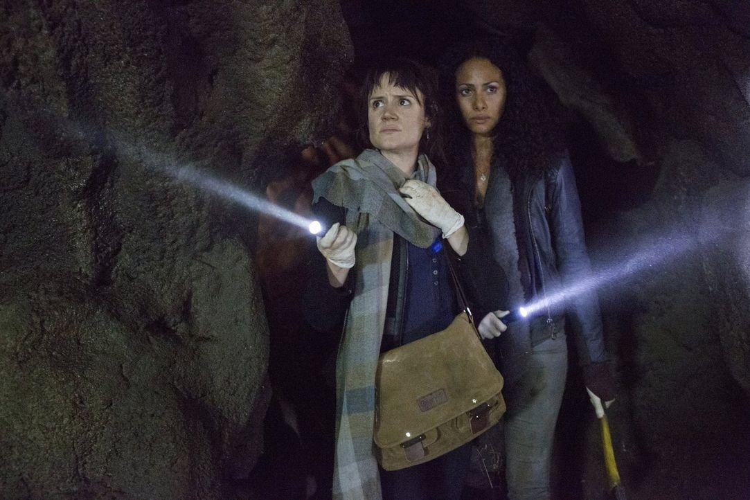 Versuchen, durch ein unterirdisches Tunnelsystem aus der Quarantäne zu fliehen: Suzy (Nadine Lewington, l.) und Jana (Christina Marie Moses, r.) ... - Bildquelle: Warner Brothers