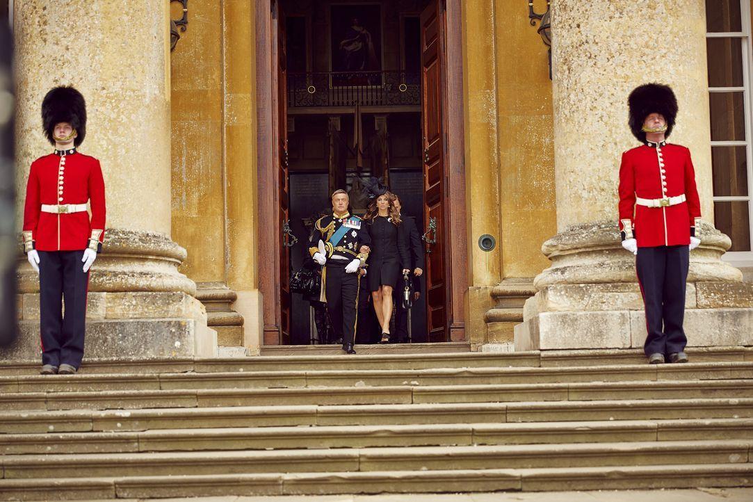 Das Königshaus muss den Unfalltod des Thronfolgers Prinz Robert, der bei einer Militärübung ums Leben kam, verkraften:  König Simon (Vincent Regan,... - Bildquelle: 2014 E! Entertainment Media LLC/Lions Gate Television Inc.