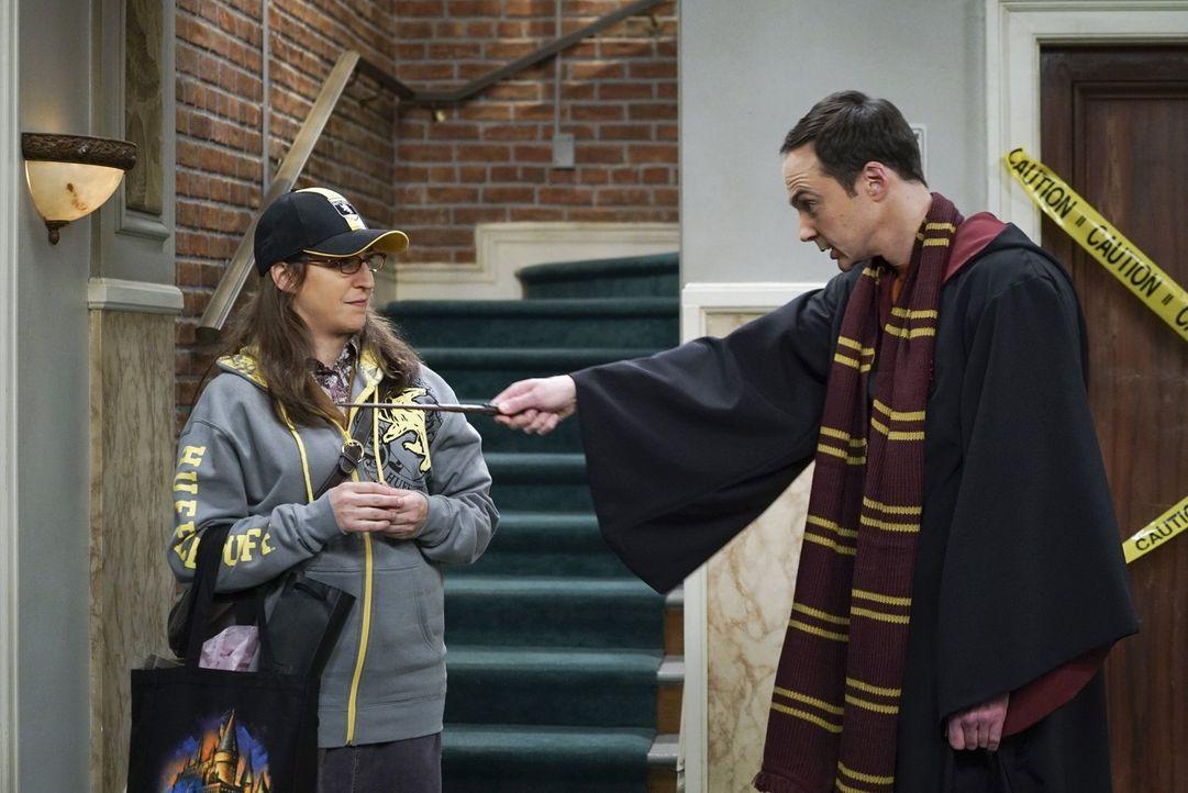 Zweiter Versuch: Gelingt es Amy (Mayim Bialik, l.) und Sheldon (Jim Parsons, r.) im Harry-Potter-Aufzug, endlich ungestört zärtlich miteinander zu w... - Bildquelle: 2016 Warner Brothers