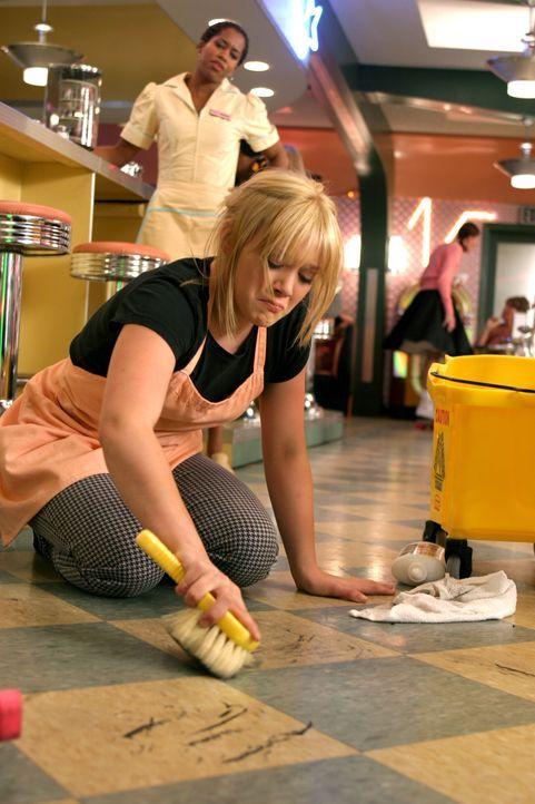 Rhonda (Regina King, l.) ist der Meinung, dass Sam (Hilary Duff, r.) lieber in die Schule gehen, als den Boden des Restaurants schrubben sollte … - Bildquelle: Warner Bros.