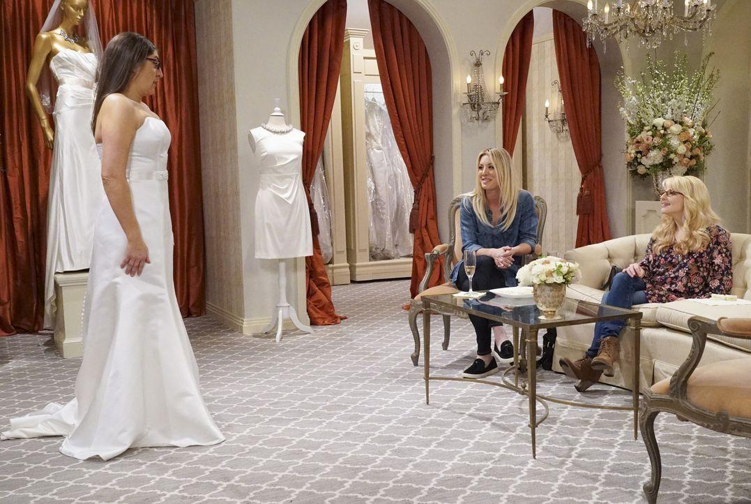 Penny (Kaley Cuoco, M.) und Bernadette (Melissa Rauch, r.) begleiten Amy (Mayim Bialik, l.) in den Brautkleiderladen, doch die Auswahl des perfekten... - Bildquelle: Warner Bros. Television