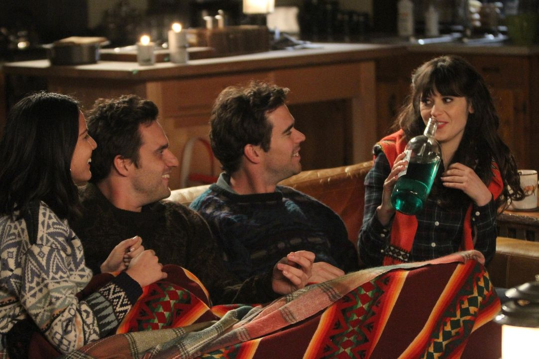 Ein Pärchen-Wochenende für Jess (Zooey Deschanel, r.), Sam (David Walton, 2.v.r.), Nick (Jake Johnson, 2.v.l.) und Angie (Olivia Munn, l.) endet in... - Bildquelle: 2012 Twentieth Century Fox Film Corporation. All rights reserved.