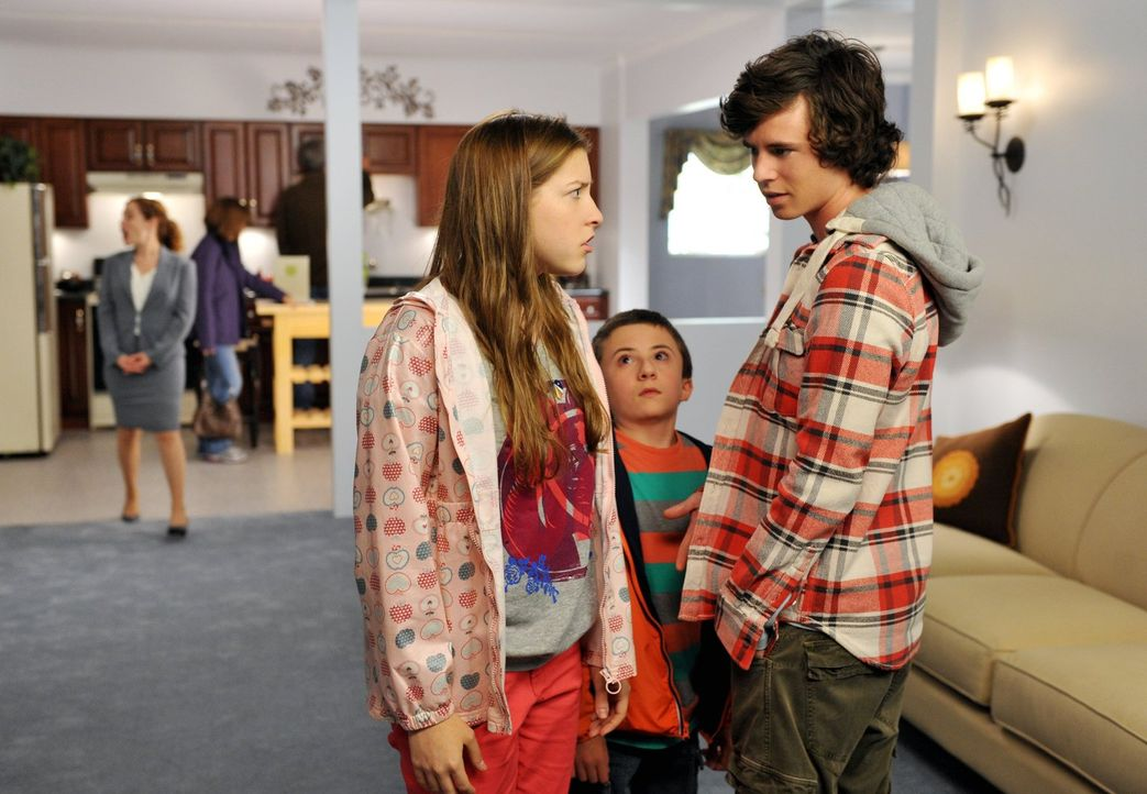 Sue (Eden Sher, l.), Brick (Atticus Shaffer, M.) und Axl (Charlie McDermott, r.) können nicht glauben, dass ihre Eltern ernsthaft einen Umzug in Bet... - Bildquelle: Warner Brothers