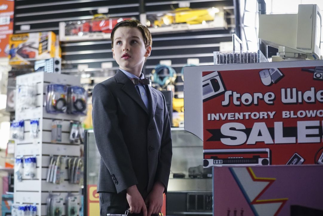 Als seine Mutter ihm verbietet ein Comic zu lesen, beschließt Sheldon (Iain Armitage), dass es an der Zeit ist, sich von der mütterlichen Aufsicht z... - Bildquelle: Warner Bros. Television