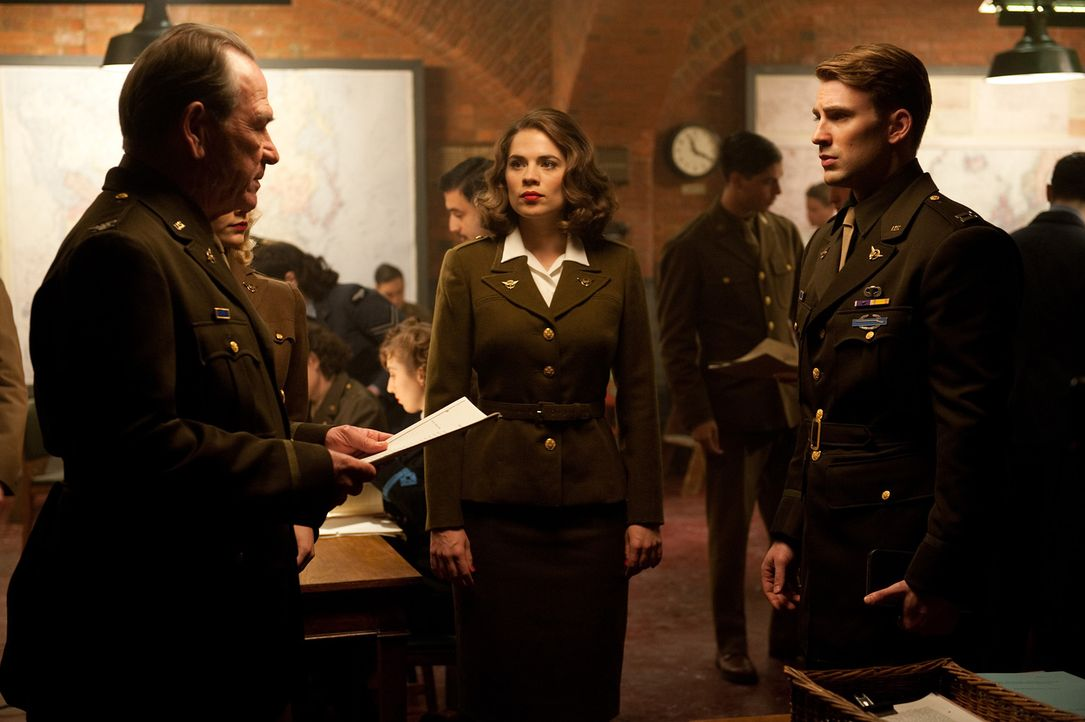Schon bald müssen Colonel Chester Phillips (Tommy Lee Jones, l.) und Peggy Carter (Hayley Atwell, M.) erkennen, dass nur Steve Rogers (Chris Evans,... - Bildquelle: TM &   2011 Marvel Entertainment, LLC & subs. All Rights Reserved.