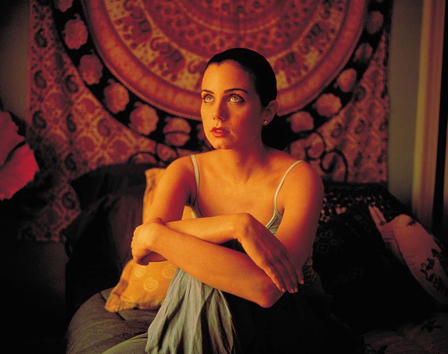 Ahnt nicht, dass sie sich in allergrößter Gefahr befindet, als sie falsche Freundinnen kennen lernt: Alicia (Mia Kirshner) ... - Bildquelle: 2003 Sony Pictures Television International. All Rights Reserved.