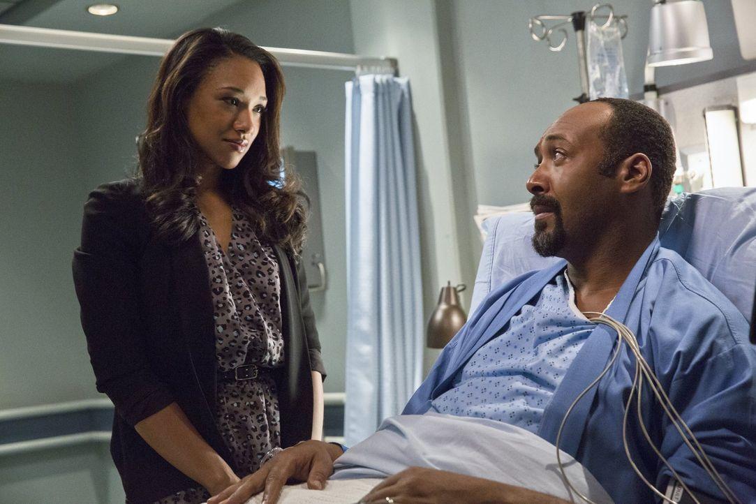 Iris (Candice Patton, l.) macht sich große Sorgen um ihren Vater Joe (Jesse L. Martin, r.), der von einen Schurken namens The Mist vergiftet wurde .... - Bildquelle: Warner Brothers.