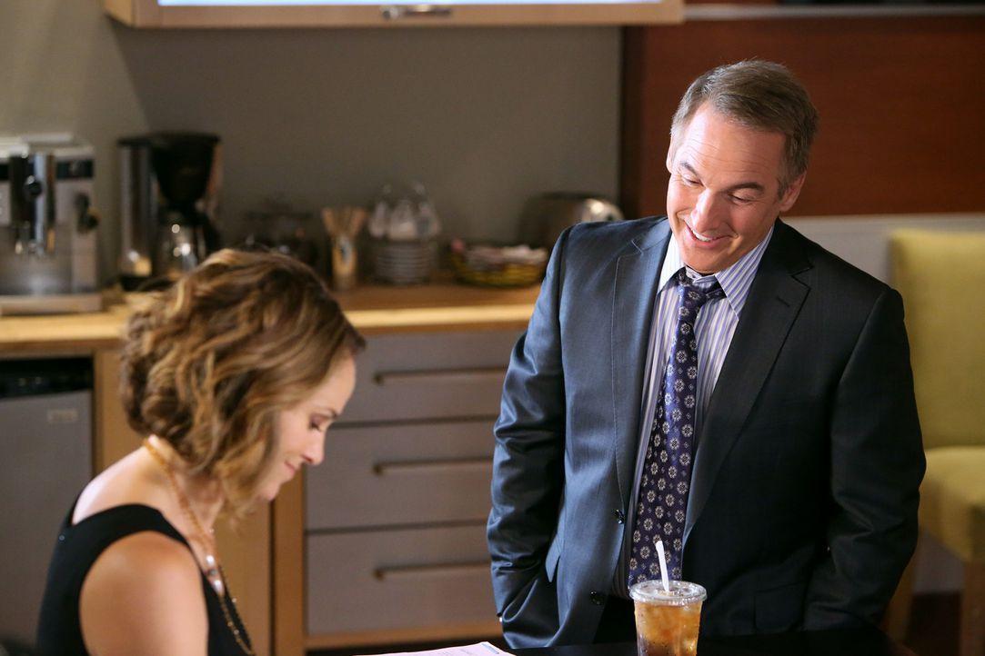 Als Violet (Amy Brenneman, l.) die schockierende Beichte eines Patienten hört, bittet sie Sheldon (Brian Benben, r.) um Rat. Doch wird er ihr weite... - Bildquelle: ABC Studios