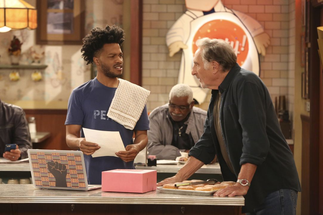 Franco (Jermaine Fowler, l.); Arthur (Judd Hirsch, r.) - Bildquelle: Adam Rose 2017 CBS Broadcasting, Inc. All Rights Reserved.