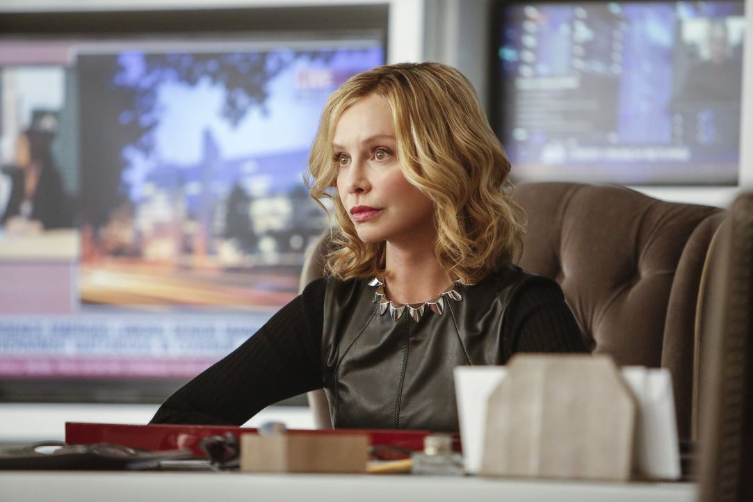 Setzt Kara alias Supergirl ein Ultimatum bezüglich ihrer Berufsentscheidung: Cat Grant (Calista Flockhart) ... - Bildquelle: 2016 Warner Bros. Entertainment, Inc.