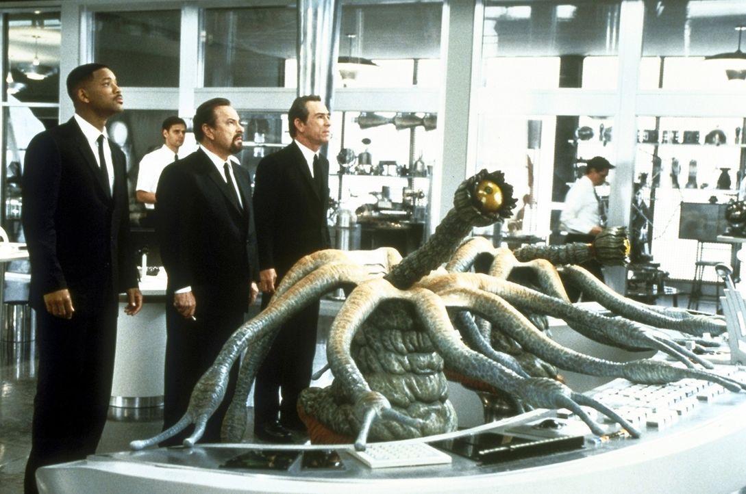 Kontrollieren die außerirdische Migration: MIB-Agent Zed (Rip Torn, M.), Agent K (Tommy Lee Jones, r.) und Agent J (Will Smith, l.) ... - Bildquelle: Columbia TriStar