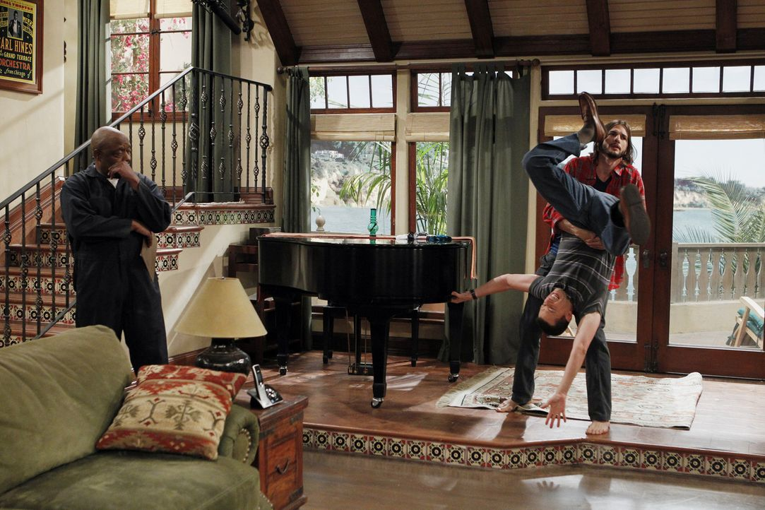 Als Walden (Ashton Kutcher, r.) bei der Umgestaltung seines Hauses Charlies Flügel abholen lässt , an dem Alan (Jon Cryer, M.) so hängt, geraten... - Bildquelle: Warner Brothers Entertainment Inc.
