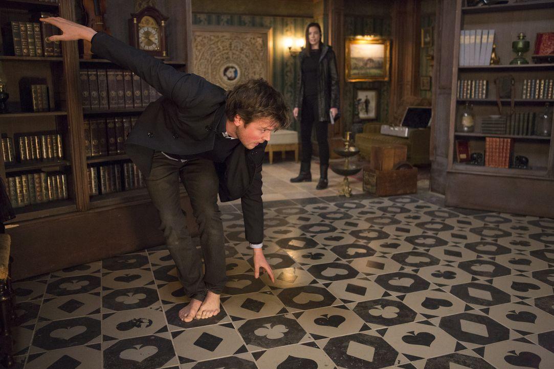 Gerade als Cameron (Jack Cutmore-Scott) glaubt, der mysteriösen Frau auf die Schliche gekommen zu sein, wartet diese mit einem besonderen Trick auf... - Bildquelle: Warner Bros.
