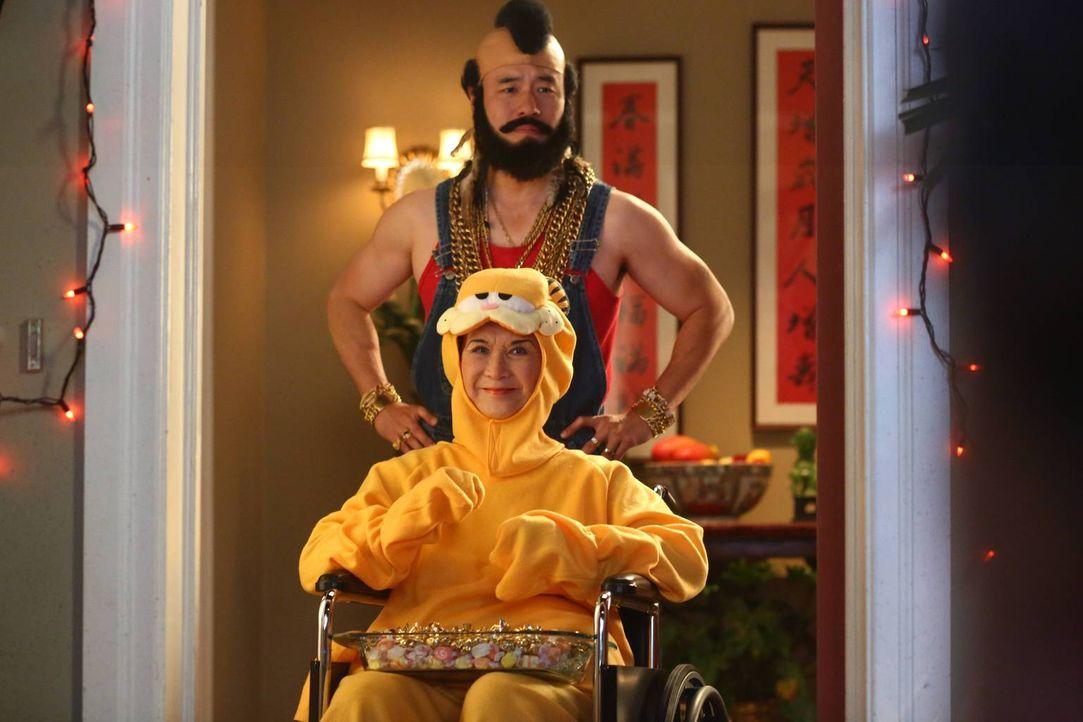 Sind bereit für das Halloween-Fest: Louis (Randall Park, hinten) und Grandma Huang (Lucille Soong, vorne) ... - Bildquelle: 2015-2016 American Broadcasting Companies. All rights reserved.