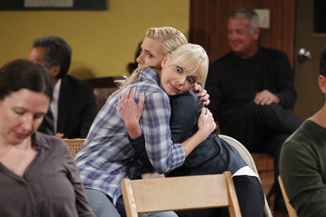 Christy (Anna Faris, r.) steht Jill (Jaime Pressly, l.), die neu bei den Anonymen Alkoholikern ist, zur Seite ... - Bildquelle: Warner Bros. Television