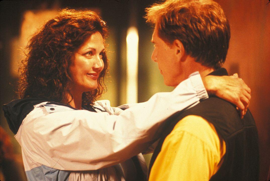Ihre Hochzeitsreise wird zum Albtraumtrip: Janet (Lynda Carter, l.) und Kevin (Parker Stevenson, r.) ... - Bildquelle: Regent Entertainment