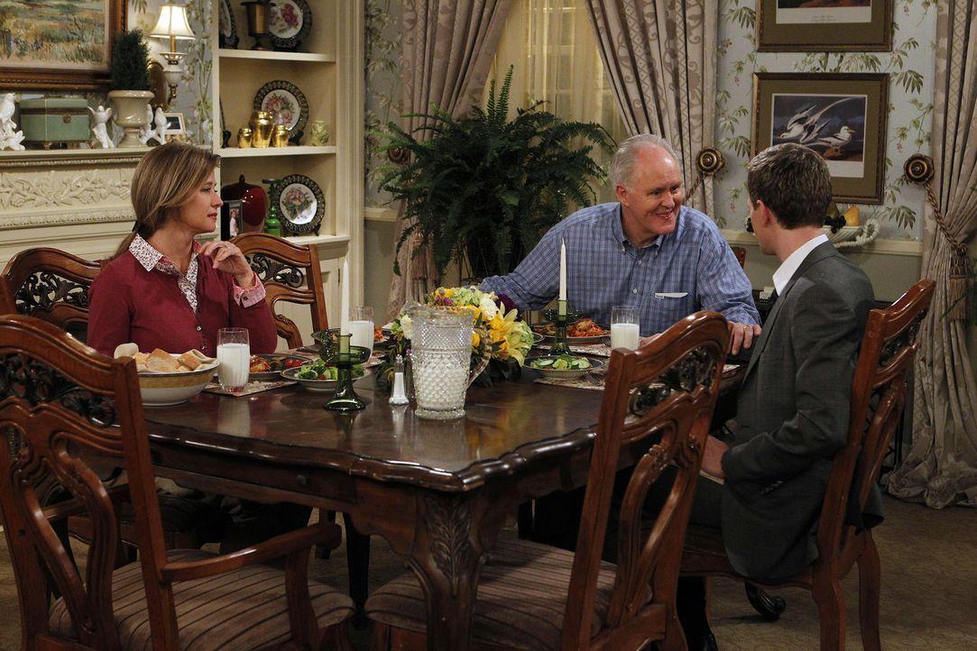 Endlich trifft Barney (Neil Patrick Harris, r.) auf seinen leiblichen Vater Jerry (John Lithgow, M.) und dessen Frau Cheryl (Nancy Travis, l.). Doch... - Bildquelle: 20th Century Fox International Television