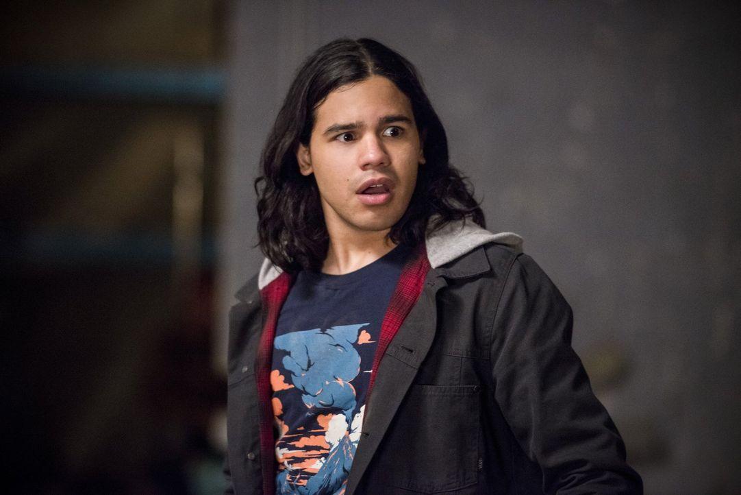 Cisco (Carlos Valdes)  ist geschockt, als er erkennt, welche Rolle sein Doppelgänger in Welt 2 spielt ... - Bildquelle: Warner Bros. Entertainment, Inc.