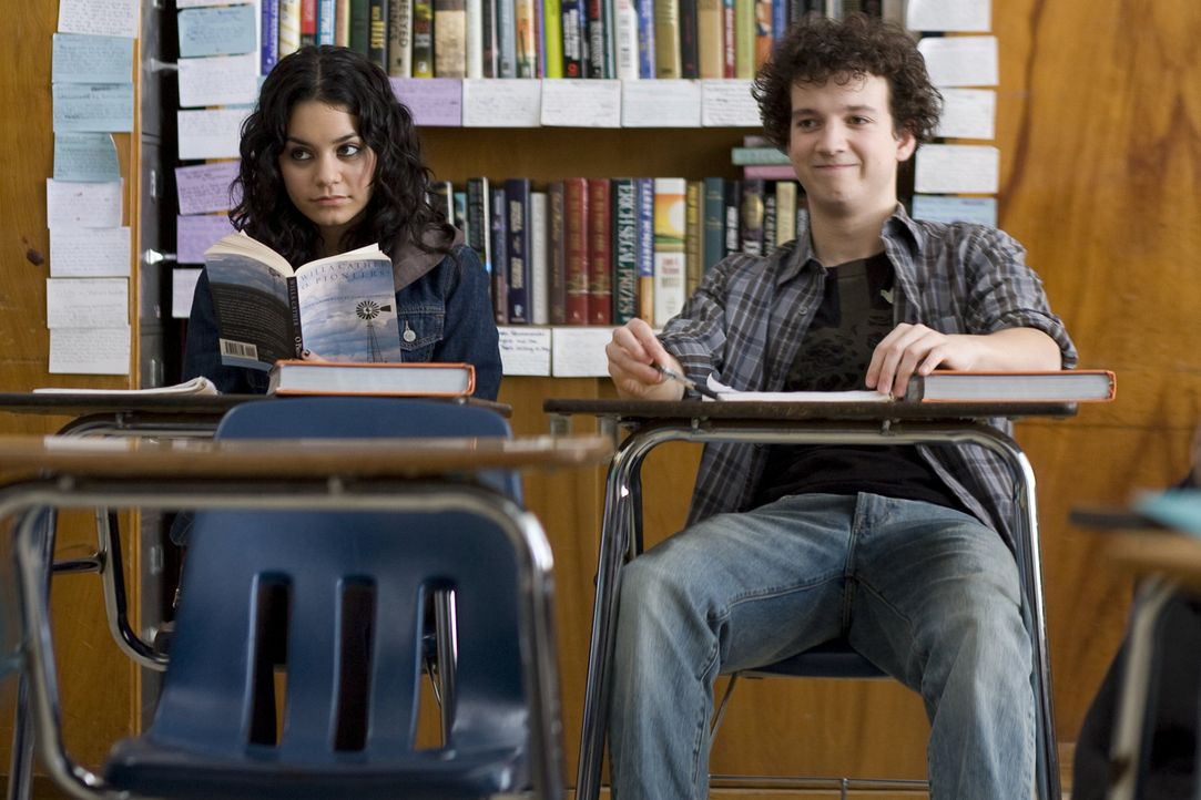 Kaum an der neuen Schule, muss sich Will Burton (Gaelan Connell, r.) eingestehen, dass er sich in Sa5m (Vanessa Hudgens, l.) verliebt hat. Doch sein... - Bildquelle: Van Redin 2009 SUMMIT ENTERTAINMENT, LLC and WALDEN MEDIA, LLC ALL RIGHTS RESERVED.