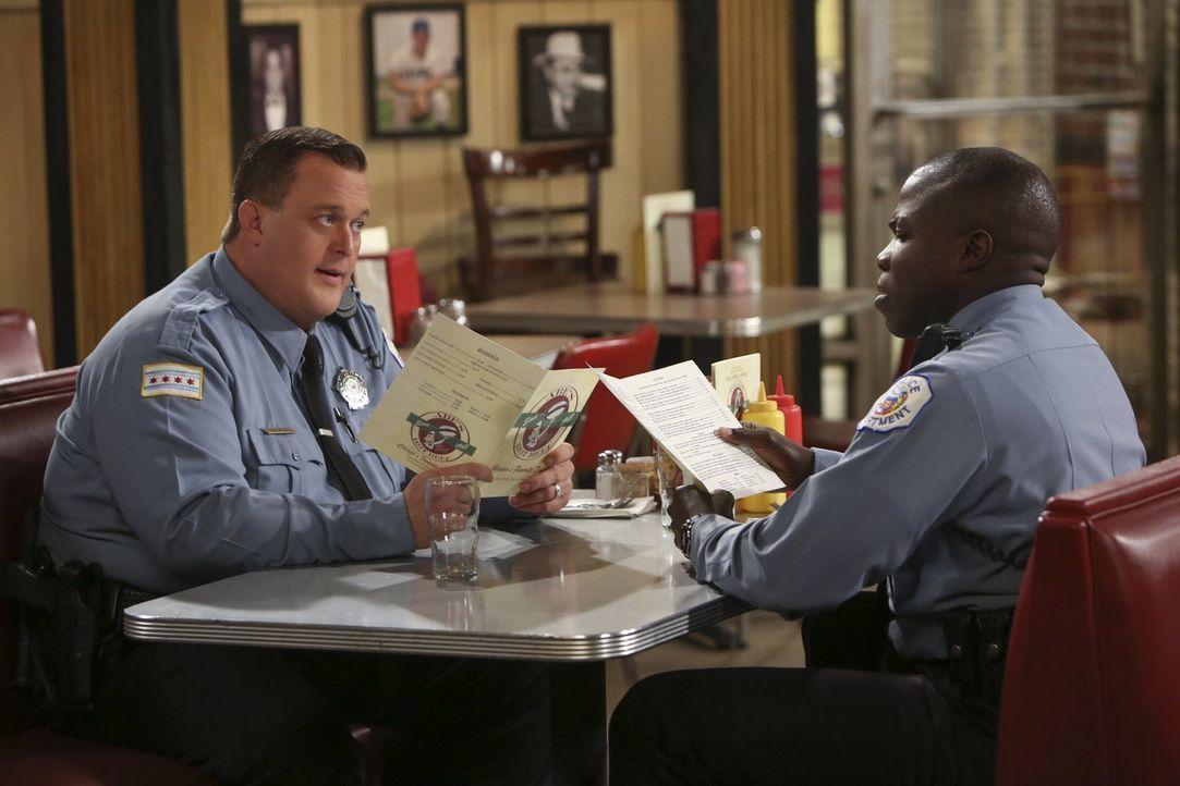 Mike (Billy Gardell, l.) hat ein schlechtes Gewissen, da er mit einer Kollegin geflirtet hat. Carl (Reno Wilson, r.) kann ihn da allerdings auch nic... - Bildquelle: Warner Brothers